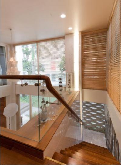 Cầu thang lại là một sự kết hợp giữa Inox, gỗ Teak và Laminate