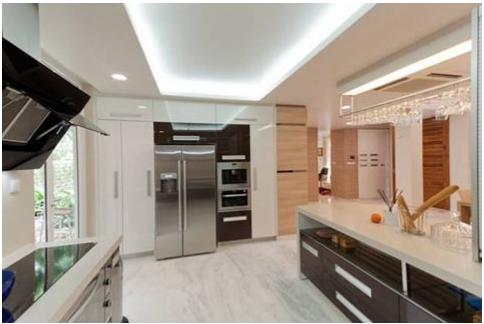 Bếp theo phong cách Italy kết hợp Acrylic màu nâu, trắng tuyết, cửa cuốn roller shutter và mặt đá nhân tạo màu kem.