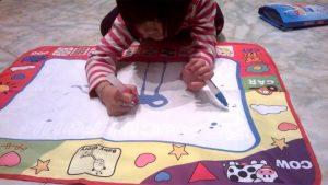Thảm vẽ cùng bút vẽ ma thuật sẽ giúp bé thỏa sức sáng tạo và tưởng tượng