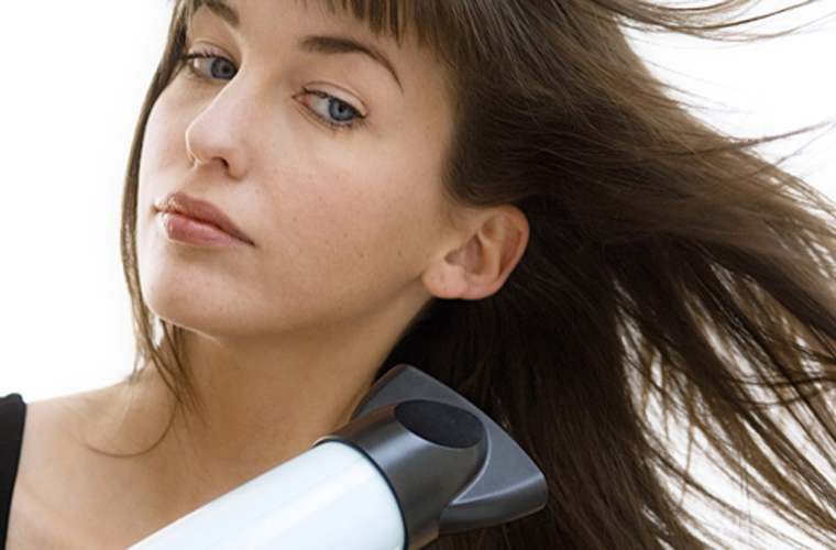 Giữ máy sấy ở vị trí không quá gần để tóc không bị khô xơ