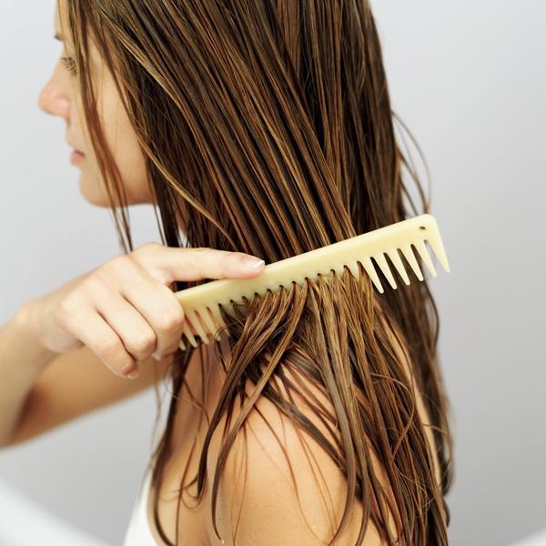 Sấy tóc ngay sau khi gội đầu sẽ khiến tóc dễ hư tổn