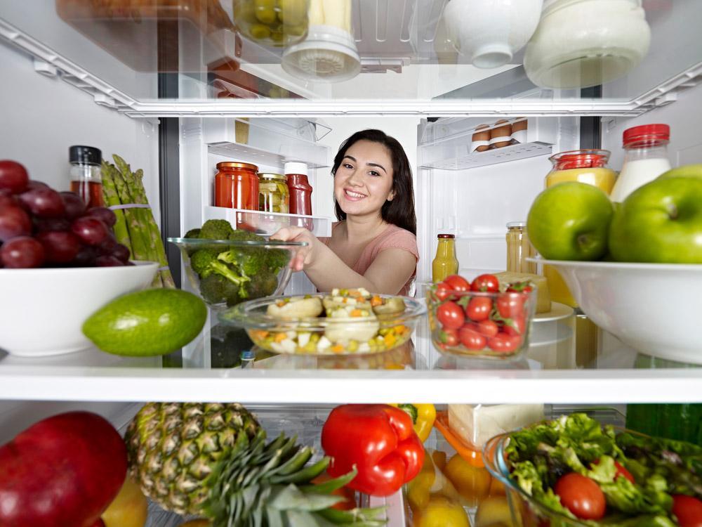 Dọn hết đồ trong tủ lạnh ra ngoài