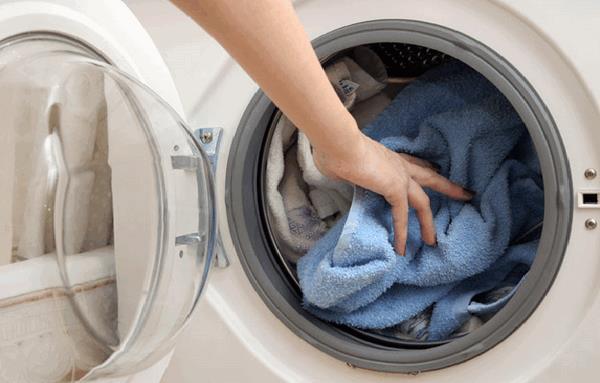 Tẩy quần áo lem màu bằng máy giặt với chất tẩy gốc oxi