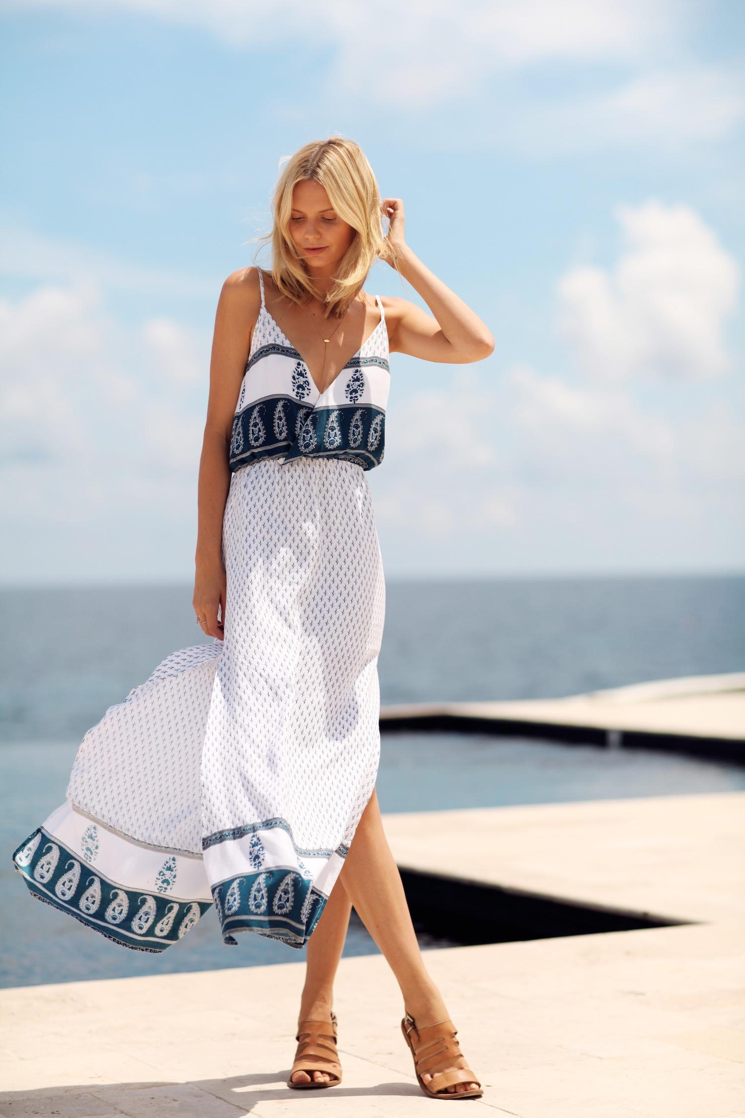 Sandal đế bằng và váy maxi khiến bạn trở nên dịu dàng hơn