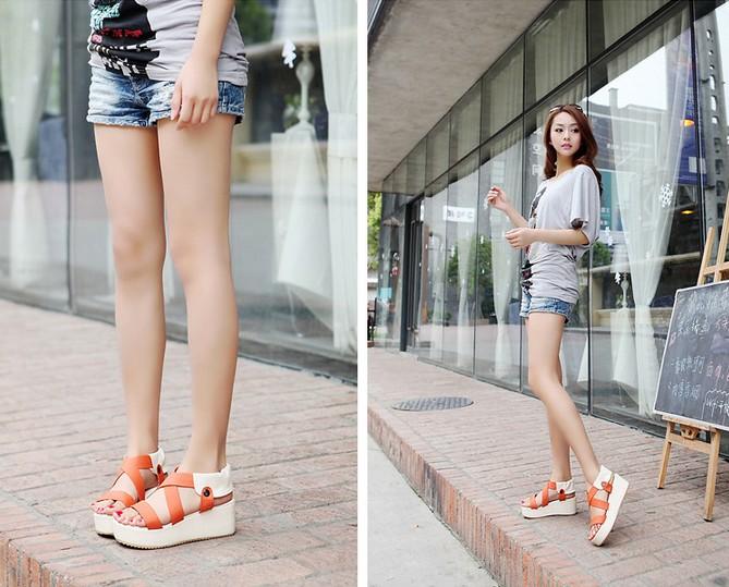 Sandal đế bằng giúp bạn dễ dàng phối kết hợp trang phục trong nhiều hoàn cảnh