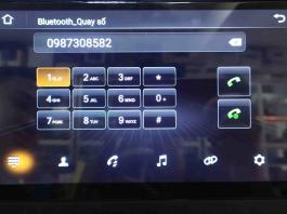 Người dùng đang thực hiện gọi điện thoại Bluetooth rảnh tay